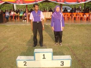 En.Norman Bin Zainal menerima tabik hormat daripada peserta perbarisan